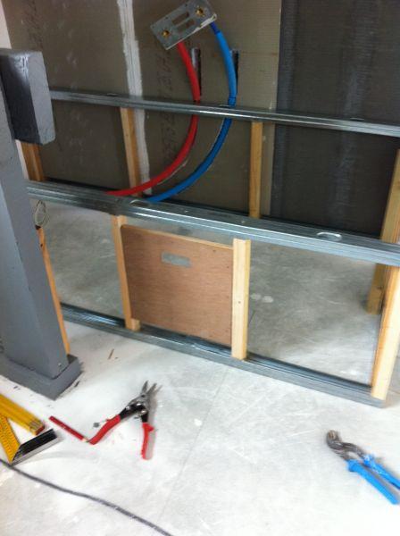 Un hangar un loft un projet paroi du cache baignoire for Peinture hydrofuge placo